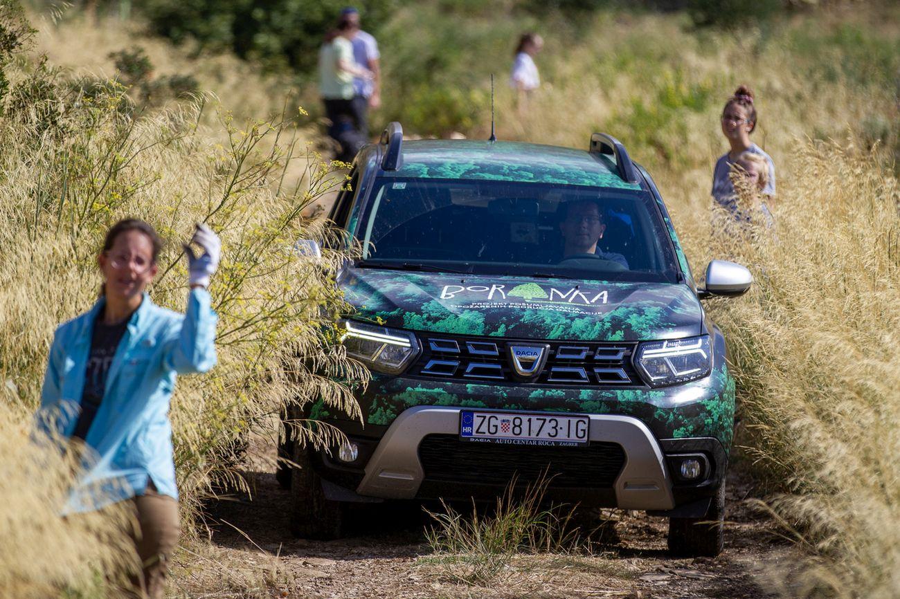 Već četvrtu godinu Dacia Duster pomaže u pošumljavanju požarišta u Dalmaciji