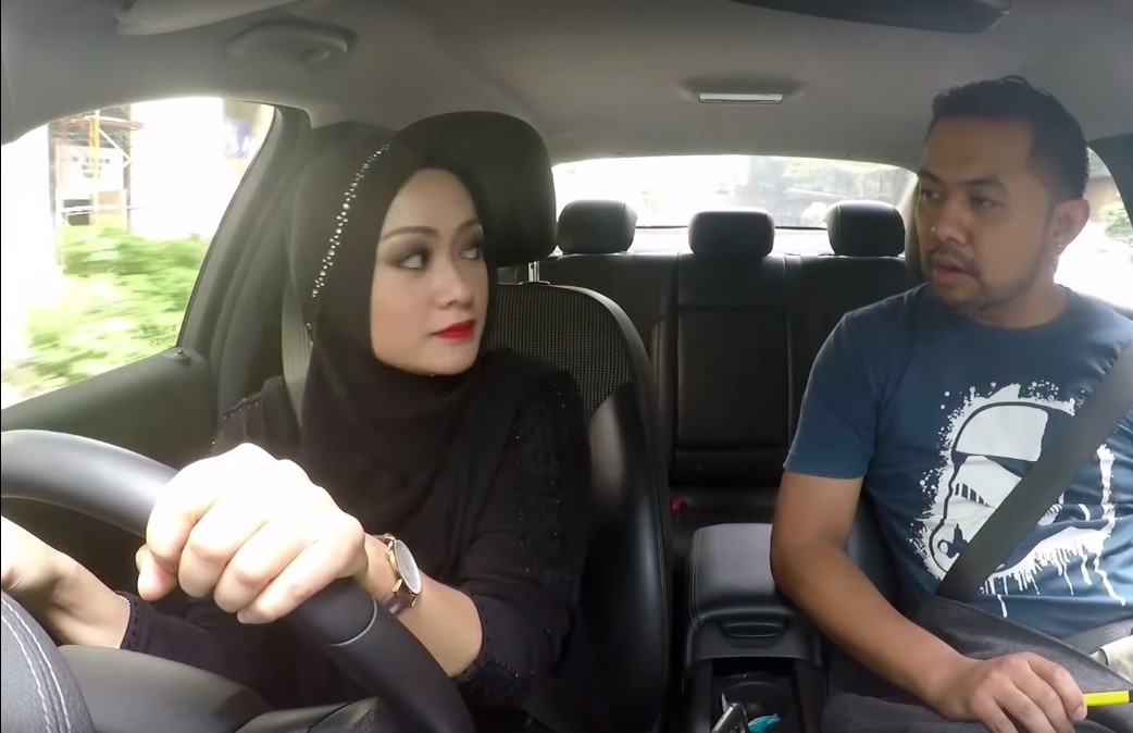 Dramatično: žena u hidžabu drifta