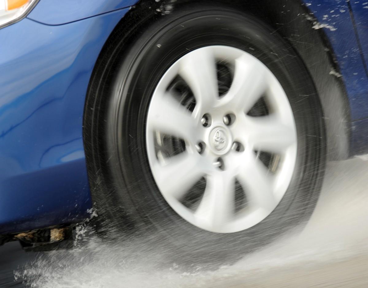 Što učiniti kad guma zapliva na kiši?