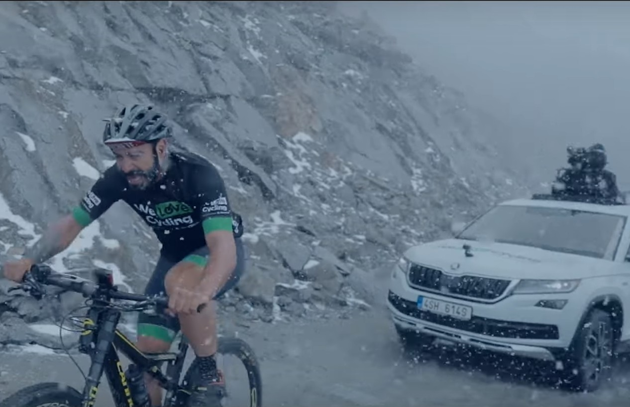 Škoda Karoq se s biciklistima penje na Himalaju