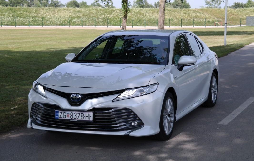 TEST Toyota Camry 2.5 VVT-i HSD 218 Premium: Power limuzina