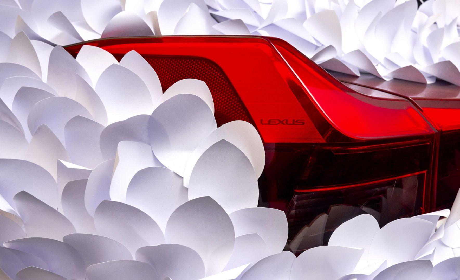 Lexus UX prekriven tisućama papirnatih latica kao interpretacija klasičnog japanskog vrta za meditaciju