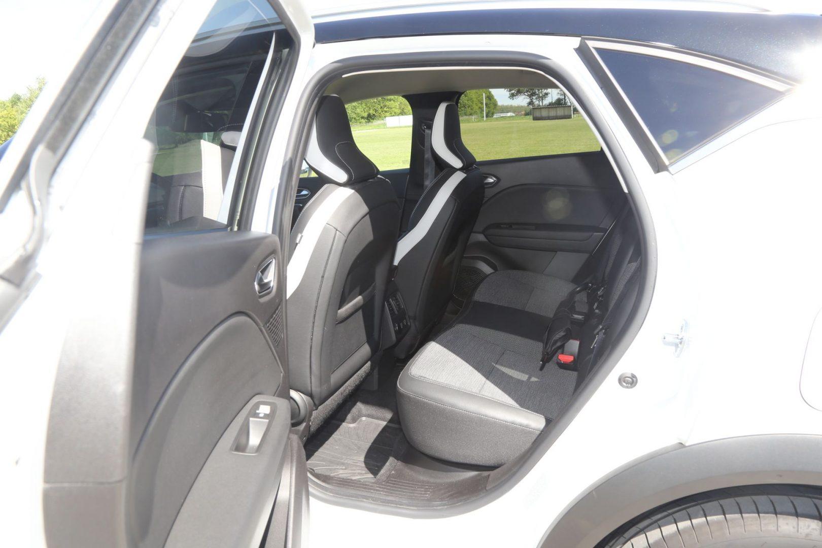 Putnici na stražnjim sjedalima imaju na raspolaganju dva USB priključka i 12 voltni priključak struje