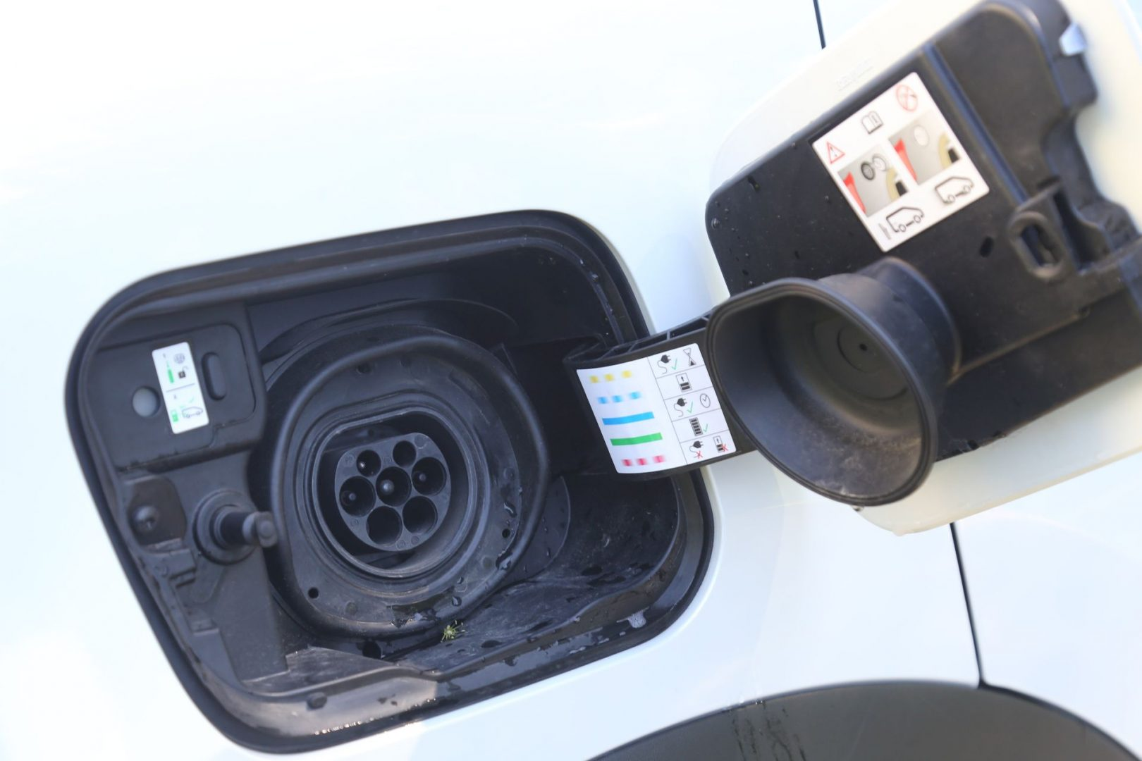 Priključak za punjenje nalazi se s desne strane skriven ispod vratašca, dok su s lijeve strane vratašca za punjenje benzinom