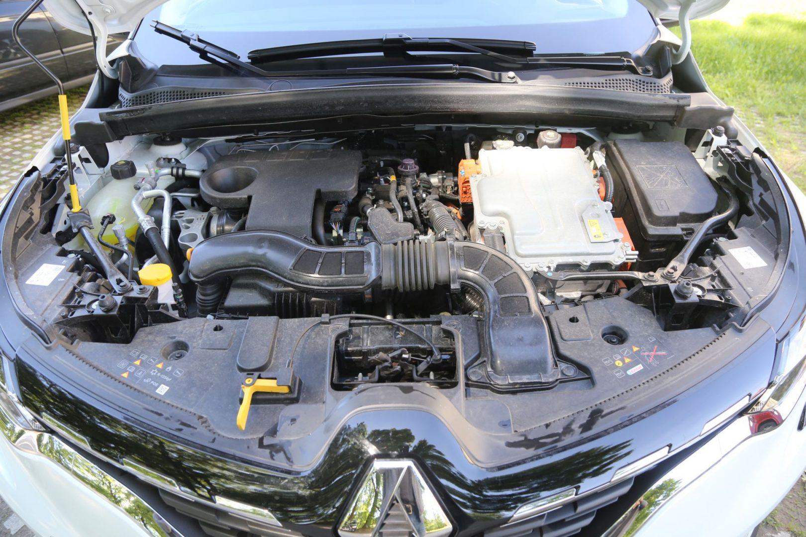 Motori atmosferski benzinac od 92 KS i pomoćni elektromotor od 34 KS su ispod haube, dok se glavni elektromotor od 87 KS nalazi iza zbog čega oduzima prostor prtljažniku