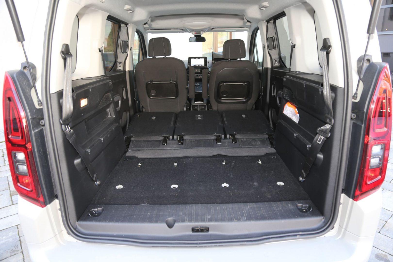 Ako se izvade stražnja i preklope srednja sjedala, dobiva se vrlo veliki korisni prostor