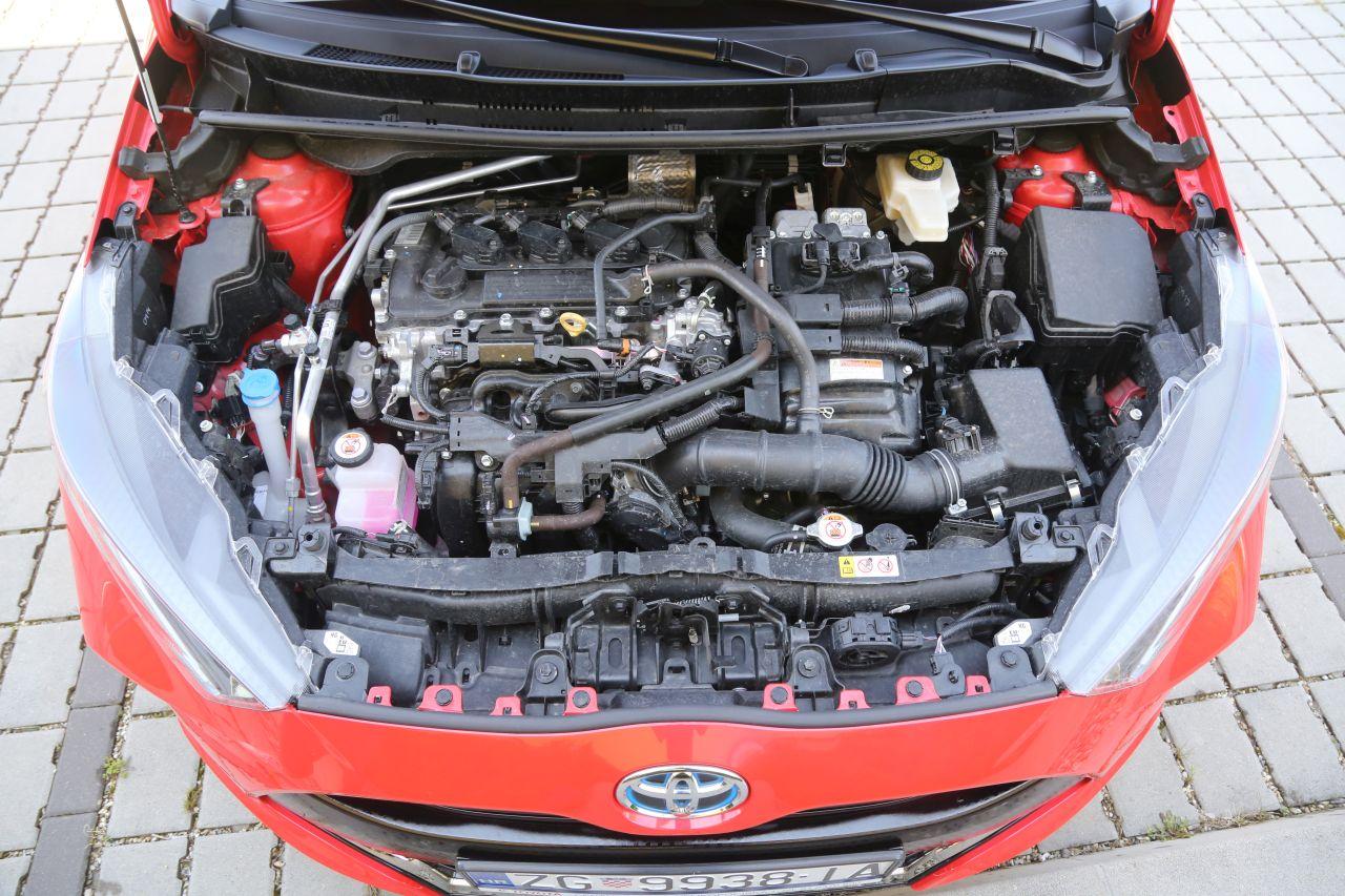 Trocilindrični benzinac s direktnim ubrizgavanjem obujma 1490 ccm i snage 68 kW/92 KS, te pored njega elektromotor snage 59 kW/80 KS, koji ukupno razvijaju 85 kW/116 KS (snage motora se ne zbrajaju linearno)